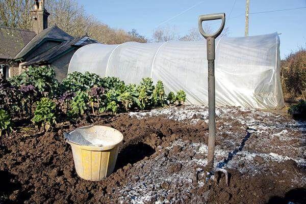 Membiak tanah untuk menggali